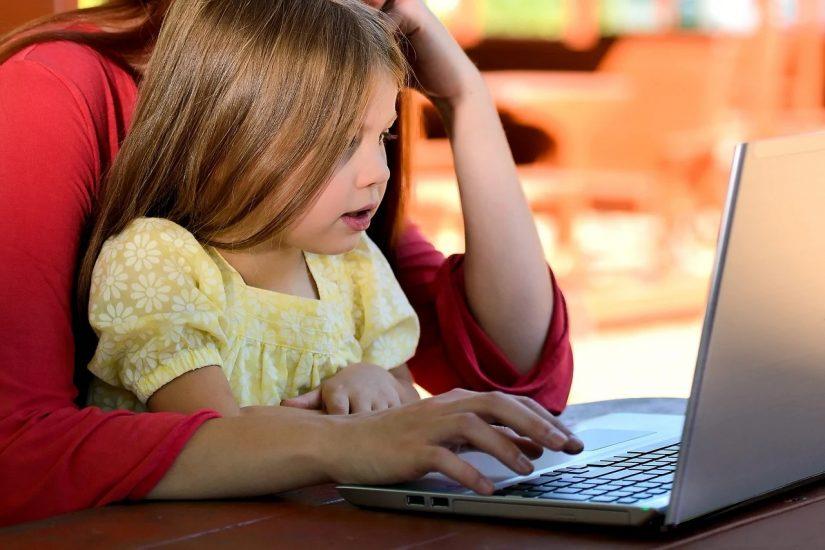 ordinateur-teletravail-ecole-maison